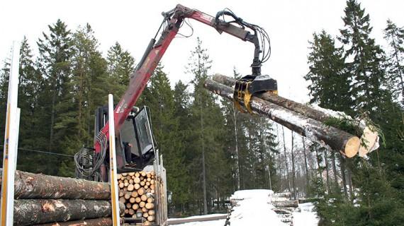 Lastningen går snabbt tack vare den fast monterade V9-kranen.