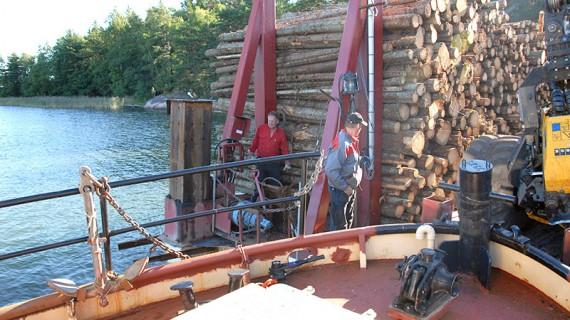 Hallsta III har förtöjt vid pontonen och de 19 meter långa stödbenen hissas upp innan den knuffas in till Hargshamn.