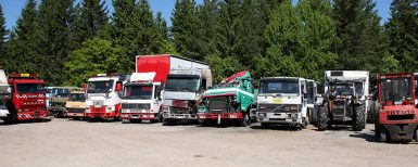 De slaktar gamla lastbilar