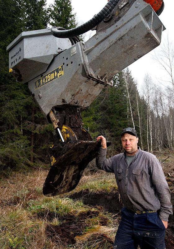 Med planteringsaggregat på stickan kan Lennart Andersson plantera 2.000 plantor per dag med grävmaskinen.