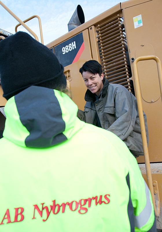 – Ett stenkul jobb, säger Camilla Andersson som tillbringar dagarna i en CAT 988H.
