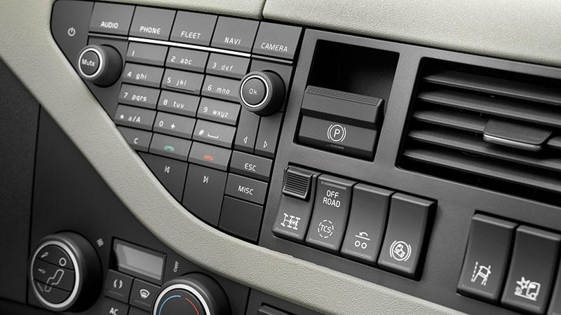 Parkeringsbromsen, mitten av bilden, är numera elektroniskt knappstyrd och lossnar automatiskt när man gasar.