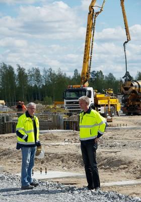 Byggledare Ronny Blomkvist inspekterar gjutningen tillsammans med platschef Peter Fallkvist, som även kommer att ha Engströms kontor som sin framtida arbetsplats.
