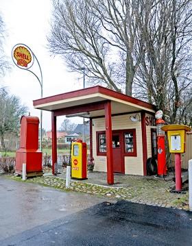 I Småland hittade Sven Liljequist den gamla macken. Nu står den invid riksväg 42 i samhället Sollebrunn som en påminnelse om svunna tider.