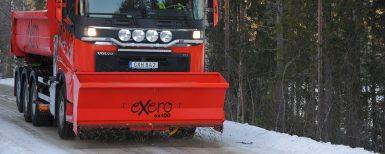 Frontmonterad sandspridare för lastbilar