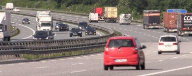 Svenska turister bränner däck på Autobahn