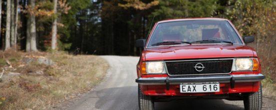Kurviga grusvägar är Opel Asconas rätta element.