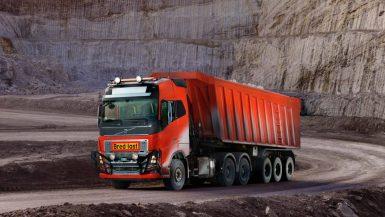 Självkörande Volvo-lastbilar transporterar kalksten