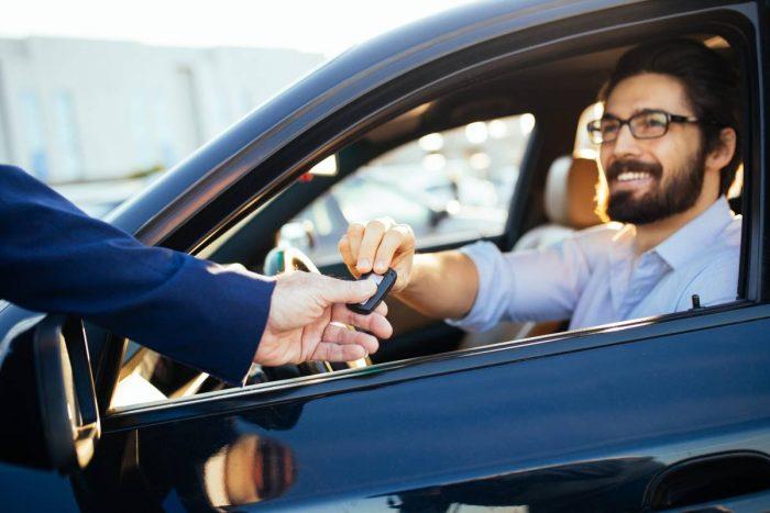 Svag krona lockar utländska bilköpare