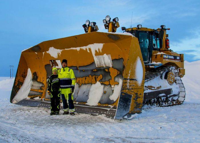 Snöröjning på Flatruet. Caterpillar D8R med super-snöblad!